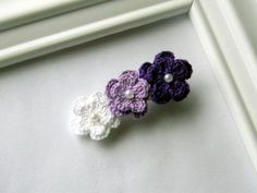 Crochet Flowers - Free Crochet Flower Patterns consists of a process of creating fabric by interlocking the loops of materials such as yarn or thread used by artists. Crochet Hair Clips, Crochet Bows, Crochet Crafts, Crochet Puff Flower, Crochet Flower Patterns, Crochet Flowers, Fabric Flowers, Crochet Ideas, Flower Hair Clips