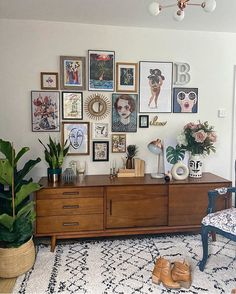 Gallery wall and midcentury furniture in the living room Boho Living Room, Home And Living, Art In Living Room, Living Room With Carpet, Rustic Living Room Decor, Living Roon, Small Living, Living Room Inspiration, Home Decor Inspiration
