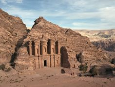 La fabulosa ciudad de los nabateos, esculpida en las rojizas rocas del desierto jordano, permaneció durante siglos en la nube de las leyendas. ¿Cuándo se descubrió? Te lo contamos: http://www.muyinteresante.es/historia/preguntas-respuestas/quien-descubrio-las-ruinas-de-petra-701412673986