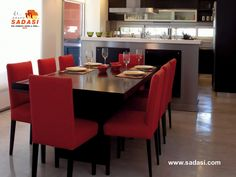 #conjuntosintegrales LAS MEJORES CASAS DE MÉXICO. Si su comedor se ubica cerca de la cocina, haga lucir la mesa como una verdadera protagonista. Un ejemplo es éste comedor, hecho de madera color negro con sillas tapizadas en rojo, las cuales combinan a la perfección con la cocina estilo industrial. En Grupo Sadasi, le invitamos a conocer nuestros desarrollos en el estado de Nuevo León. http://www.sadasi.com