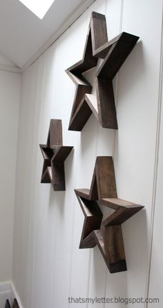 A tutorial to make your own five pointed DIY wood stars. Create three dimensional wood stars wall art using free plans here. Diy Wood Projects, Diy Projects To Try, Wood Crafts, Diy Crafts, Project Ideas, Diy Star, Bois Diy, Wood Stars, Star Decorations