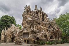 El Palais Idéal en Hauterives, Francia, es una estructura única. Está construido por completo con piedras que el cartero Ferdinand Cheval recogió en su ruta de reparto