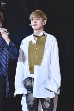 Jongdae doesn't know how to button his shirt properly Exo Chen, Baekhyun Chanyeol, Kim Jongdae, When You Smile, Kim Junmyeon, Chinese Boy, Korean Music, Chanbaek, Korean Singer