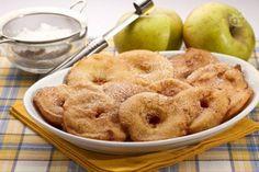 Le frittelle di mele, tipiche del Trentino Alto Adige, vengono servite non solo come dolce, ma anche come accompagnamento a carni di maiale e piatti salati.