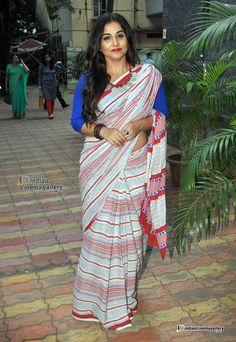Vidya Balan - Vidya Balan Photos, Vidya Balan Stills Bollywood Sarees Online, Bollywood Dress, Bollywood Fashion, Fashion Show Themes, Vidya Balan Hot, Beautiful Bollywood Actress, Beautiful Actresses, Indian Navel, Red Saree