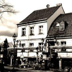 Gasthof Alt-Marienfelde #Berlin #marienfelde #mudderstadt #heimat #beberlin #gasthof #lamp #lamploversoftheworldunite #altbau #history #historisch #episch #epic #schenke #dorfaue #südberlin #altmarienfelde #essen #deutschland #germany #allemagne #europe #vintagelook #vintage #vintagephotography #montag #monday #abend #wochenanfang #januar by roaringvintagegraphy