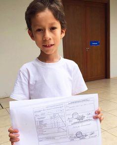 Él es John hoy es su primer día de terapia en el Centro de Rehabilitación de Alto Paraná nos muestra con orgullo sus notas de la escuela y su mención de honor.