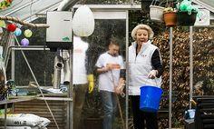 Prinses Beatrix helpt verpleeghuis Norschoten in Barneveld (fotoserie) -  Prinses Beatrix in de tuin van verpleeghuis Norschoten in Barneveld. beeld ANP