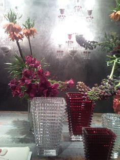 Vasi di cristallo colore rubino di Baccarat in San Carpoforo Brera a Milano per il fuori salone tendenze eterne di bellezza !!