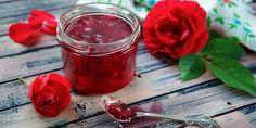 Patří k nejoblíbenějším květinám. Jsou ozdobou každé zahrady, nádherně působí ve váze. Věděli jste ale, že růže můžete využít i v kuchyni? Přinášíme vám recept na růžový džem, sirup a rosolku. Edible Flowers, 20 Min, Moscow Mule Mugs, Aloe Vera, Herbalism, Alcoholic Drinks, Food And Drink, Pudding, Vegetables