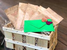 Dárkové koše s potravinami patří mezi nejoblíbenější vánoční dárky. A co se obdarovanému připomenout rovnou 4x do roka? Objednáte-li si nebo někomu blízkému Čajové Bedýnky na celý rok, obdržíte na začátku každého ročního období dřevěnou nazdobenou bedýnku s výběrem 5 sypaných čajů pro dané období vhodných. S návodem na přípravu a překvapením. Čajové Bedýnky jsou balené v chráněné dílně Fokus. Takže takový zdravý dárkový koš, který voní, hřeje a pomáhá :) Kos, Gift Wrapping, Gifts, Gift Wrapping Paper, Presents, Wrapping Gifts, Favors, Aries, Gift Packaging