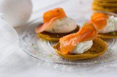 Blinis de patate douce, saumon fumé et chantilly au citron vert