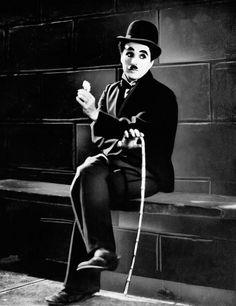 """""""A vida é uma peça de teatro que não permite ensaios. Por isso, cante, chore, dance, ria e viva intensamente, antes que a cortina se feche e a peça termine sem aplausos."""" Charles Chaplin"""