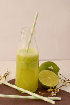 Jus citron vert ultra vitaminé, citron vert, kiwi, pomme et gingembre Fruit Smoothies, Healthy Smoothies, Healthy Drinks, Healthy Recipes, Jus Detox, Detox Tea, Bio Food, Juicy Juice, Juice Cleanse