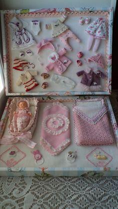 modern style layette and baby in presentation box Tiny Dolls, Old Dolls, Antique Dolls, Vintage Dolls, Baby Doll Clothes, Doll Clothes Patterns, Fabric Dolls, Paper Dolls, Mini Bebidas