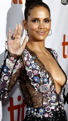 Halle Berry Halle Berry, Black Is Beautiful, Most Beautiful Women, Afro, Holly Willoughby, Cute Beauty, Black Beauty, Famous Women, Woman Crush