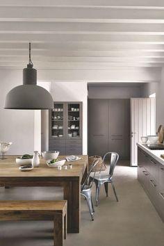 Une cuisine-salle à manger conviviale avec poutres apparentes repeintes en blanc