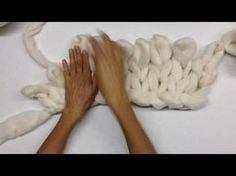 How to make big wool blanket without knitting needles Hand Knit Blanket, Chunky Blanket, Chunky Yarn, Knitted Blankets, Merino Wool Blanket, Big Wool, Chunky Knitting Patterns, Knitting Ideas, Arm Knitting Tutorial