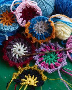 Arne og Carlos har gått fra å lage julekuler i førjulstida til å invitere oss hjem til stasjonshagen sin i Valdres i sin nye bok Håndarbeid fra hagen. Crochet Circles, Crochet Motif, Crochet Flowers, Knit Crochet, Crochet Home, Easy Crochet, Free Crochet, Arne And Carlos, Knitting Patterns