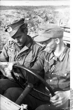 """Großdeutschland"" Division, a Leutnant and Schütze examine a map. The Schütze has recently been awarded the Eisernes Kreuz 2. Klasse. Romania, summer 1944."