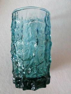 Sie erwerben ein Longdrinkglas von Whitefriars nach einem Entwurf von Geoffrey Baxter in Petrol ( Seagreen ). Das Glas aus…