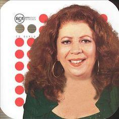 Virada (2000) de Beth Carvalho est un double album qui fait partie de la profusion de compilation proposée par la chanteuse ou sa maison de disque. Généralement les compilations se déclinent en un seul disque, mais la longévité de la carrière de Beth...