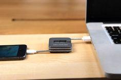 Mit dem fantastischenJUMP Cable hat man Ladekabel und Akku Pack in einem Gerät vereint. Das clevere Gerät passt wunderbar in jede Hosentasche und ist sowohl als iPhone Version und für Android Smar...