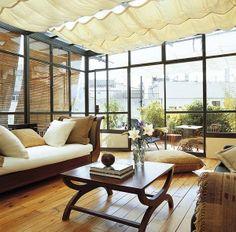 Salón con techo y paredes de cristal