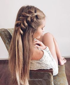 Beautiful Loose side braid hair inspiration. Check out the method for this easy pull-through braid. The post Loose side braid hair inspiration. Check out the method for this ..