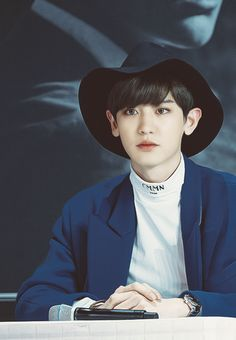 Exo : Happy virus Chanyeol looks so serious at this fansign although he is sporting a pretty rad floppy hat