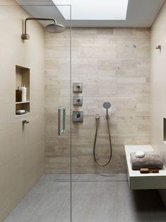 Banheiro com banco no Box revestido em pedra