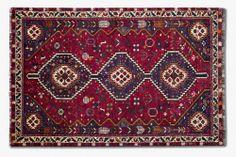 Alfombra persa por excelencia, anudadas a mano por tribus nómadas con lana 100% obtenida de sus propios rebaños. Con predominio de color rojo y motivos geométricos. #alfombra #persa #shiraz #rojo #decoración