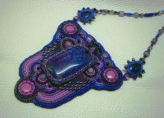 Lila és kék színű, Sárkány Achát ásványból, hímzett technikával készített nyakékszer. Ára: 9500.-Ft.