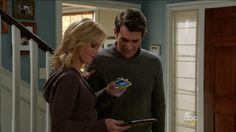 iPhone and iPad in Modern Family (2014, ABC, screen capture)