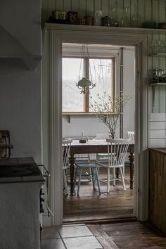 shelf over door Summer House Interiors, Cabin Interiors, Rustic Interiors, Shelf Over Door, Scandinavian Cabin, Swedish Cottage, Cosy Room, Cabin Homes, Minimalist Living