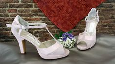 Sandalias en piel rosa palo y ante del mismo color.  Esta combinación queda preciosa en cualquier modelo, de hecho lo cogen muchas novias.