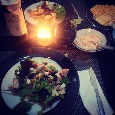 Salada César alterada. Patê de atum. Bom vinho de bom preço a acompanhar.