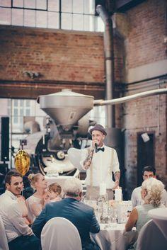 Fotografieren auf einem Kettenkarussell macht viel weniger Spaß als es die Fotos vermuten lassen. Im August war ich dabei als Sylvie und Henna ihre Hochzeit in der Kaffeerösterei Bazzar in Neuss feierten. Ich kannte die beiden schon von zwei anderen Hochzeiten, wo sie mir als …