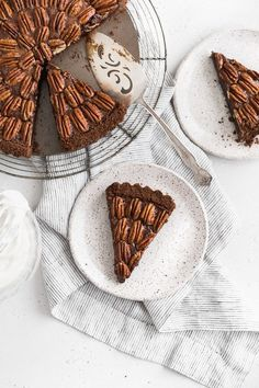 A rich and chocolatey brown butter pecan tart with a crunchy chocolate crust. This tart makes the perfect dessert for your Thanksgiving buffet. Hot Fudge Cake, Hot Chocolate Fudge, Chocolate Filling, Chocolate Desserts, Trifle Desserts, Party Desserts, Delicious Desserts, Dessert Recipes, Pecan Tarts