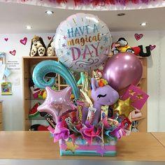 Nuestras opciones disponibles suelen ser sencillas 👈🏼 para que lo clientes, puedan añadirle lo que quieran a su gusto. 💕 @barbaramc25 Quiso añadir chucherías y una linda tarjeta 🙌🏼 Este fue el hermoso resultado #JoliandGift Balloon Box, Balloon Gift, Big Balloons, Confetti Balloons, Balloon Bouquet, Gift Bouquet, Candy Bouquet, Balloon Decorations, Birthday Decorations