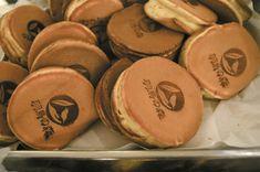 今川焼きを沢山作りました。なんと言っても出来立てが美味しいですね。今川焼が美味しい羽鳥の森は静岡市の特別養護老人ホームです。職員募集中です。 Cookies, Desserts, Food, Crack Crackers, Tailgate Desserts, Deserts, Biscuits, Essen, Postres