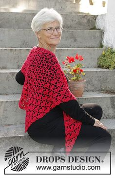 Christmas Charm - Crochet shawl for Christmas with lace pattern and fans in DROPS Cotton Merino. - Free pattern by DROPS Design Crochet Hooded Scarf, Gilet Crochet, Crochet Scarves, Crochet Clothes, Knit Crochet, Crochet Hats, Shawl Patterns, Knitting Patterns Free, Free Knitting