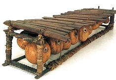 BALAFÓN  Instrumento de percusion extendido por los paises de Africa occidental hasta algunos pueblos de Africa central. Balafón es el nombre Mandinga pero recibe diferentes nombres según la región: Gyil entre los Dagare, Lobi o Gurunsi,; Paluku entre los Bakongo, Mbila, Kogiri, Timbila...