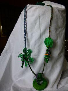 collana, un pò ddi perle, un pò di chiachierino, un pò di kumihino, un pò di macramé