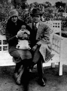Ernesto Guevara Linch y Celia de la Serna de la Llosa con el pequeño a los nueve días de nacido en la primera foto conocida de los tres, en Rosario.