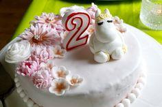 Jokainen suomalainen lapsi tietää muumin. Niinpä kaksi vuotiaan tyttäreni syntymäpäivä kakku ja syntymäpäivä teema oli muumit. Ystäväni sisko teki muumikakun ihanilla kukilla! Tyttäreni rakasti sitä! Every Finnish child knows the Moomin. So my two year old daughter's birthday cake and birthday theme was moomins. My friend's sister made a moomin cake with lovely flowers! My daughter loved it! Peonies, Baking, Cake, Desserts, Food, Tailgate Desserts, Deserts, Bakken, Kuchen