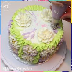 cake decorating videos Heres an idea how you can decorate your cake Cake Decorating Videos, Cake Decorating Techniques, Cookie Decorating, Decorating Ideas, Piping Icing, Cake Icing, Cupcake Cakes, Frosting, Fig Cake