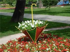 Flower Garden Design Plans – This flower garden design plans are some elegant creative new inspiration for your dream patio design. Unique Garden Decor, Unique Gardens, Beautiful Gardens, Unique Plants, Garden Planters, Garden Art, Tyre Garden, Rocks Garden, Design Jardin