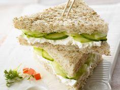 Der britische Klassiker ist der perfekte Snack für zwischendurch! Frischkäse-Gurken-Sandwich - smarter - Kalorien: 151 Kcal - Zeit: 15 Min.   eatsmarter.de