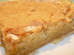 Ingredientes:  1 plancha de hojaldre 300 g de almendras crudas molidas 200 g de azúcar 1 chorro de coñac mermelada de manzana 1 cucharada d...